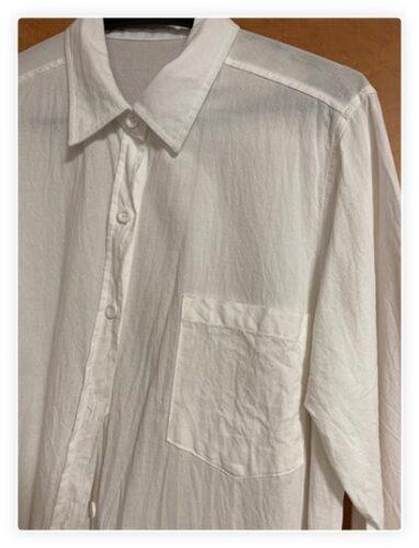 写真、白いロングシャツ